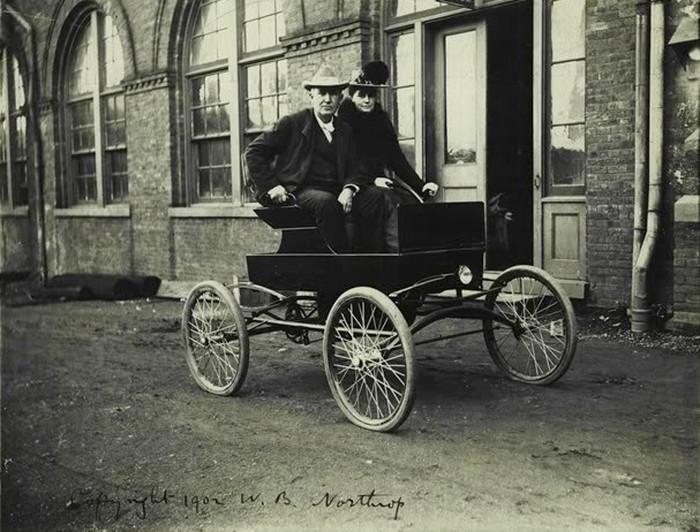 Mina and Thomas Edison in their locomobile