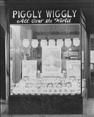 Sunkist oranges on display in the window of a Piggly Wiggly, 1917